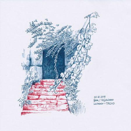 20-inktober2019-TREAD-w, Tuschezeichnung, alte Treppenstufen die zu einer Tür eines alten Hauses führen, davor Zweige eines Olivenbaums und von wildem Wein